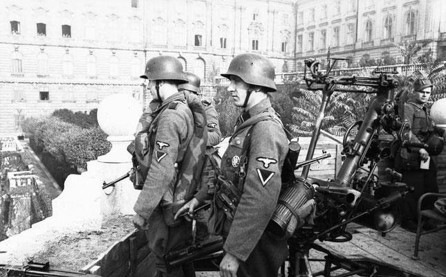 Tropas de las Waffen SS en el Castillo de Buda.