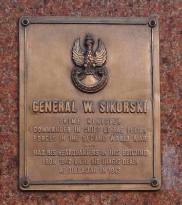 Placa en memoria del Primer Ministro del Gobierno de Polonia en el exilio y Comandante en Jefe de las Fuerzas Armadas polacas, el General Władysław Sikorski, recordando que tuvo su cuartel general en el Hotel Rubens de Londres.