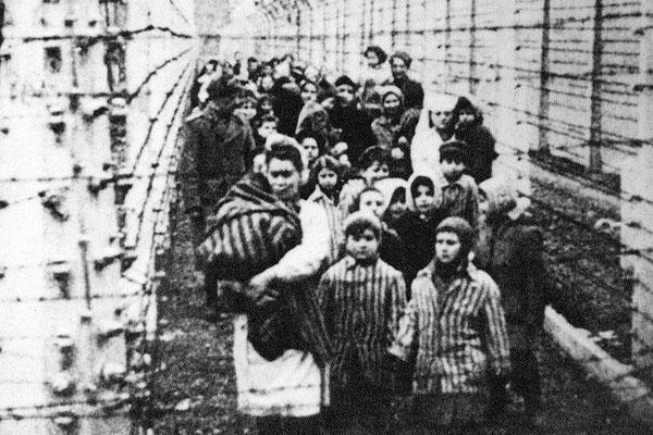 La liberación de los niños de Auschwitz por el Ejército Rojo soviético, 27 de enero de 1945. Eva y Miriam Mozes aparecen encabezando la fila.