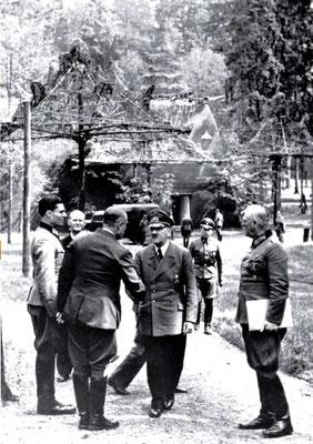 Claus von Stauffenberg (1º por la izqda), Karl-Jesko von Puttkamer, Karl Bodenschatz saludando a Adolf Hitler y Wilhelm Keitel (1º por la dcha) en la Guarida del Lobo, el 15 julio de 1944. Bundesarchiv, Bild 146-1984-079-02/CC-BY-SA 3.0.