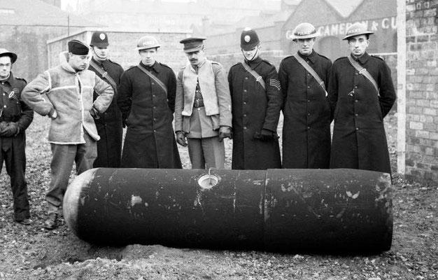 """Policías y oficiales del ejército en desactivación de bombas con una """"Luftmine"""" de 1.000 kg en Glasgow, marzo de 1941."""