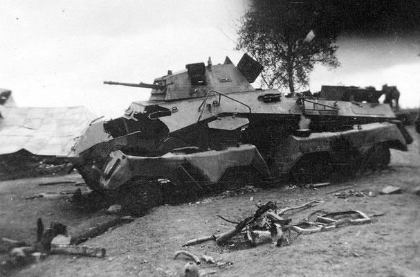 Un blindado nazi alemán SD. Kfz 231 destruido después de ser atacado por el fuego anti-tanque polaco. Polonia, 1939.