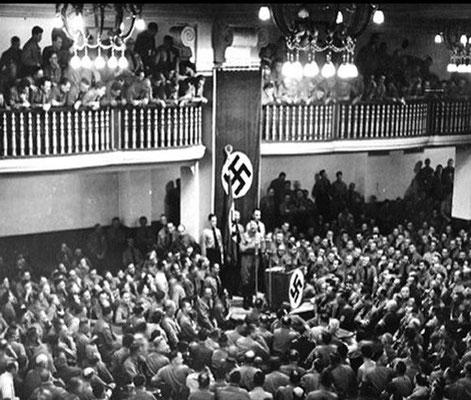 Adolf Hitler hablando en una Asamblea del Partido Nazi en la cervecería Bürgerbräukeller de Múnich, en el aniversario de su fallido Putsch de 1923. Por 23 minutos no sufrieron el atentado. 8nov1939. WW2 Tweets from 1940