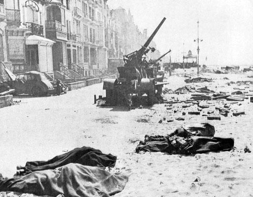 Armas británicas antiaéreas abandonadas y al lado yacen soldados franceses o británicos caídos en Dunkerque, junio 1940. WWII Pictures