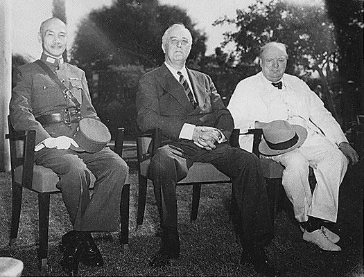 Chiang Kai-shek, Franklin D. Roosevelt, and Winston Churchill en la Conferencia de El Cairo, 25nov1943.