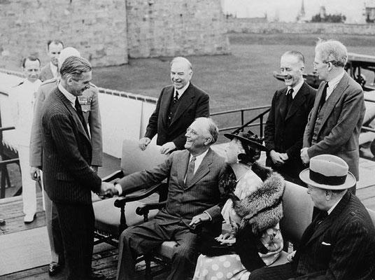 Franklin D. Roosevelt saludando a Anthony Eden, Ministro de Asuntos Exteriores británico.