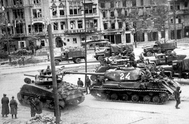 Camiones IS-2 al fondo y tanques Sherman del 2º Ejercito de Tanques del Ejercito Rojo soviético construidos por los Estados Unidos en Berlín, abril de 1945.
