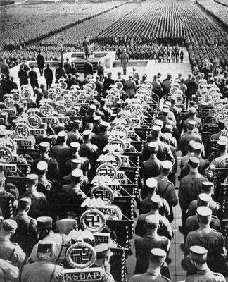 Adolf Hitler dando un discurso en el Campo Zeppelin en Núremberg, en 1935.