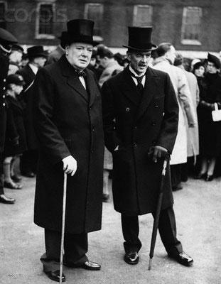 Winston Churchill junto a Arthur Neville Chamberlain.