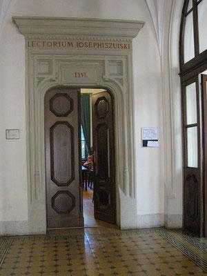 "Entrada al aula donde se llevó a cabo la ""Sonderaktion Krakau"", Céline, CC BY-SA 2.0."