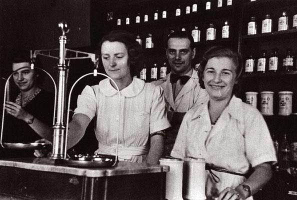 Tadeusz Pankiewicz con sus tres empleadas, Irena Droździkowską, Aurelia Danek y Helena Krywaniuk.