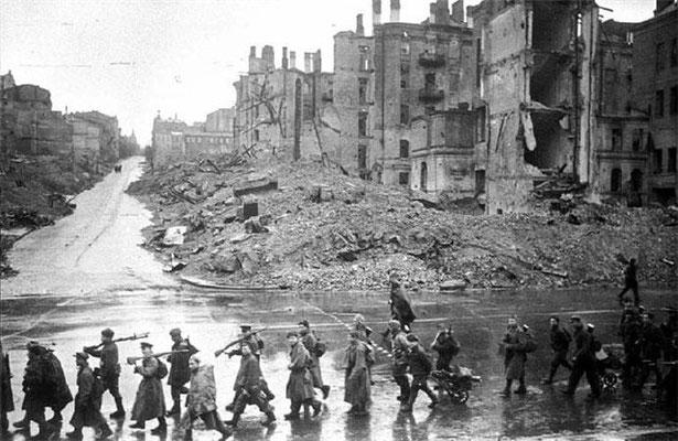 Tropas ruso soviéticas por la calle Khreshchatyk en Kiev (izqda. río Dniéper), nov1943, Unknown soviet war correspondent, 248, National archives of the Russian Federation.
