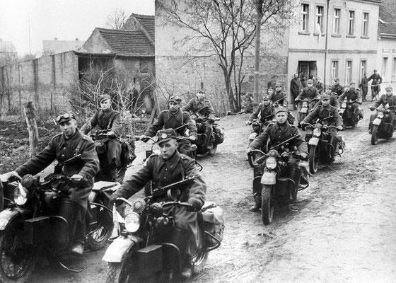 Los motociclistas polacos del 1º Ejército polaco, parte del ejército ruso soviético, avanzan por las calles de Küstrin (actualmente Kostrzyn nad Odrą - Polonia), 1945.
