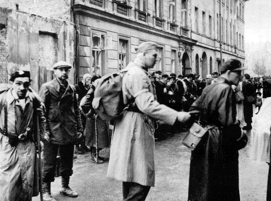 Durante los 63 días de combates, hasta el 2 de octubre de 1944, murieron unas 200.000 personas, entre las cuales 12.000 fueron participantes, sobre todo chicos, y el resto civiles. WWII Pictures