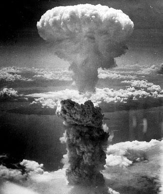 """El 9 de agosto de 1945, a las 11:02, hora local, se lanzaba sobre #Nagasaki la segunda bomba atómica de la #Historia sobre una ciudad desde el bombardero estadounidense Boeing B-29 Superfortress """"Bockscar""""."""