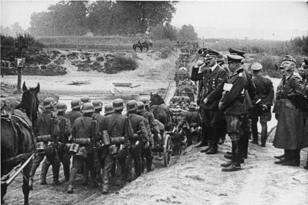 Tropas de infantería nazis alemanas desfilando delante de Adolf Hitler iniciando la Invasión de Polonia, Bundesarchiv Bild 183-S55480.