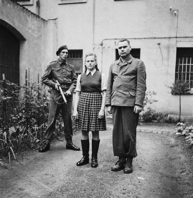 Irma Grese y Josef Kramer en prisión custodiados por las tropas británica poco después de la liberación del campo de concentración nazi alemán de Bergen-Belsen.