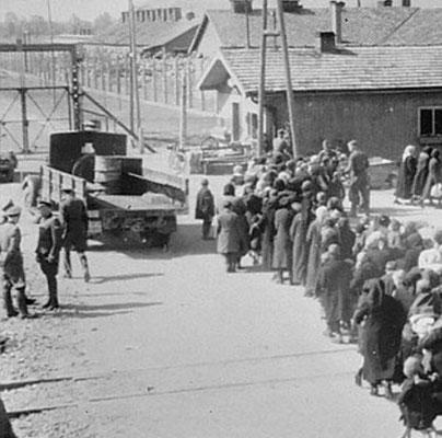 El 04 de octubre de 1944, miembros de las SS fueron llamados para ayudar con un transporte recién llegado a la medianoche. Se hizo por razones de seguridad. AUSCHWITZ Study Group