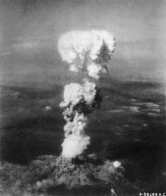 """El 6 de agosto de 1945, a las 08:15, hora local, se lanzaba sobre #Hiroshima la primera bomba atómica de la #Historia sobre una ciudad desde el bombardero estadounidense Boeing B-29 Superfortress """"Enola Gay""""."""