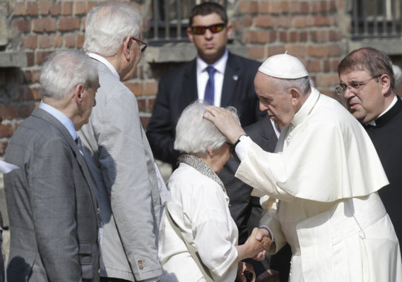 Encuentro de Helena y otros supervivientes con el Papa Francisco durante su visita a Auschwitz el día 29 de julio de 2016 como parte de su programa dentro la Jornada Mundial de la Juventud que se celebró en Cracovia.