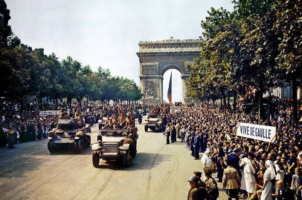 El 26 de agosto de 1944, multitudes de franceses se agrupan junto al Arco del Triunfo de París para ver pasar a la 2.ª División Blindada francesa del General Leclerc. Se podían ver pancartas de apoyo al General Charles de Gaulle.