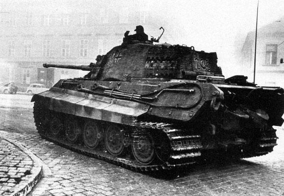 Un tanque nazi alemán Tiger II del Schwere Panzerabteilung 503 en Budapest, Hungría, en octubre de 1944. WWII Pictures