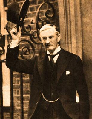 """Arthur Neville Chamberlain, dijo antes de morir: """"En cuanto a mi reputación, no estoy en lo más mínimo preocupado por ello. No temo el veredicto de los historiadores"""". WW2 Tweets from 1940"""