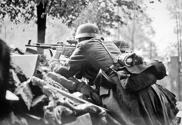 Una imagen bastante rara, dos soldados nazis alemanes durante la Batalla de Berlín, uno de ellos armado con un rifle de asalto StG 44 con mira telescópica ZF-4, abril de 1945. WWII Pictures
