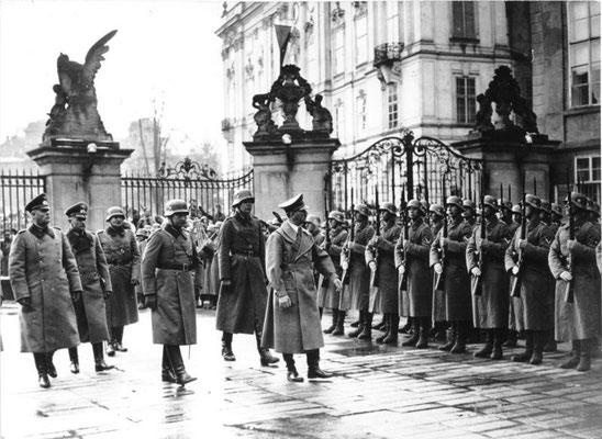 Adolf Hitler pasa revista a la guardia de honor en el Castillo de Praga, 15 de marzo de 1939. Bundesarchiv, Bild 183-2004-1202-505 / CC-BY-SA 3.0