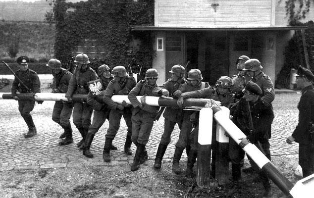 """Soldados nazis alemanes y funcionarios de aduanas de la Ciudad Libre de Danzig (Gdańsk) """"recreando"""" la eliminación del paso fronterizo con Polonia en Kolibki (Gdynia),  Hans Sönnke, Bundesarchiv, Bild 183-51909-0003."""