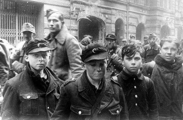 """Un grupo de """"soldados"""" nazis alemanes capturados posan frente a la cámara después de la Batalla de Berlín, mayo de 1945."""
