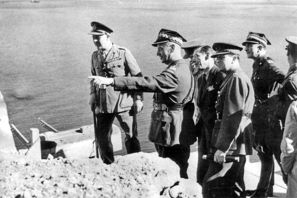 Władysław Sikorski durante la última visita a Gibraltar poco antes de su muerte en un extraño accidente aéreo el 4 de julio de 1943.