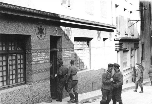 """Soldados nazis alemanes entrando en un """"Soldatenbordell"""" en Brest (Francia)  en 1940. El edificio es una antigua Sinagoga. Bundesarchiv Bild"""