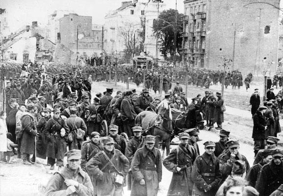 Soldados polacos hechos prisioneros salen de la guarnición de Varsovia después de que los nazis alemanes la tomaran el 28sep1939, © IWM (HU 5485)