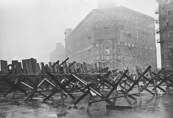 Barricadas en las calles de Moscú, oct1941, RIA Novosti archive, image #604273/Arkadyi Shaikhet/CC-BY-SA 3.0