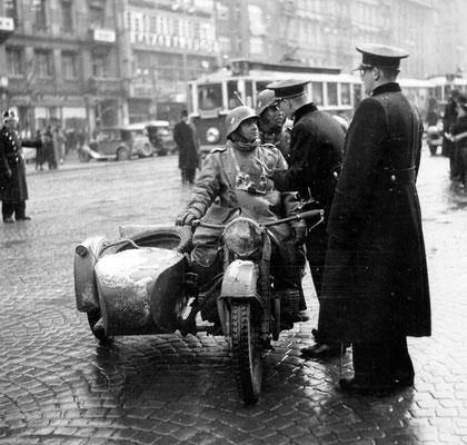 Un motociclista nazi alemán tiene una discusión con un par de policías checos mientras está estacionado en la ciudad de Praga, marzo de 1939. WWII Pictures