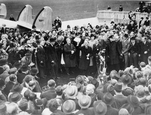 Arthur Neville Chamberlain después de aterrizar en el Aeródromo de Heston tras la firma del Acuerdo de Múnich. © IWM (D 2239)