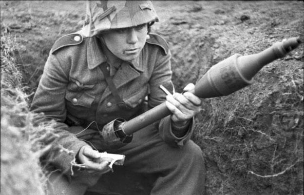 Panzerschreck era el nombre popular del Raketenpanzerbüchse (abreviado RPzB), un lanzacohetes antitanque reutilizable de calibre 88 mm. Bundesarchiv, Bild 101I-710-0371-25/Gronefeld, Gerhard/CC-BY-SA 3.0.