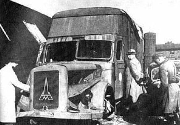 Furgoneta de mudanzas de la marca Magirus-Deutz quemada cerca del campo de exterminio nazi alemán de Chełmno. Esta furgoneta en particular originalmente no se había fabricado para ser una cámara de gas sino que había sido adaptada para ese uso.