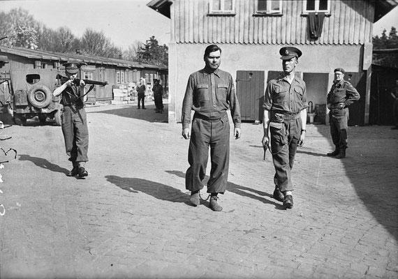 Josef Kramer con grilletes y custodiado por tropas británicas en el campo de Bergen-Belsen, 17 de abril de 1945.