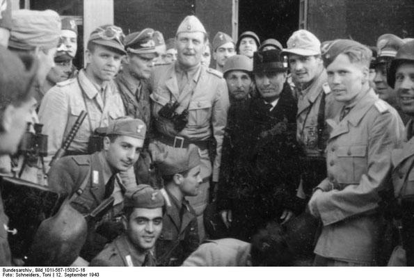 Benito Mussolini con la unidad de paracaidistas de Student dirigidos por Otto Skorzeny (a la derecha de Benito Mussolini). Bundesarchiv Bild