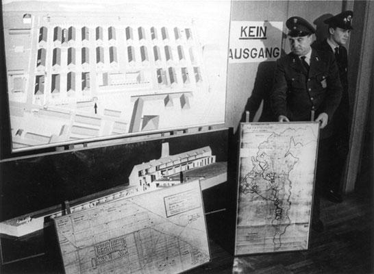 Funcionarios alemanes muestran mapas y gráficos de Auschwitz durante el juicio de Frankfurt. El Mundo