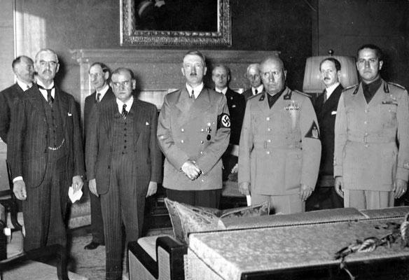 De izqda. a dcha. en primer termino: Arthur Neville Chamberlain (Reino Unido), Édouard Daladier (Francia), Adolf Hitler, Benito Mussolini y Galeazzo Ciano momentos antes de la firma, Bundesarchiv, Bild 183-R69173.