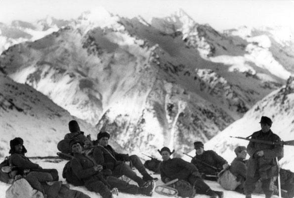 Soldados de montaña nazis alemanes en un descanso en el Cáucaso 22dic1942, Bundesarchiv, Bild 101i-031-2417-09 / Poetsch