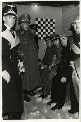 """Heinrich Himmler visitando una """"checa"""" en Barcelona. Carlos Pérez de Rozas/Arxiu Fotogràfic de Barcelona"""