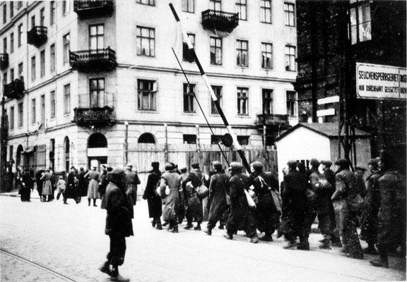 El día 3 de octubre de 1940, coincidiendo con el primer día de Rosh Hashaná, Año Nuevo judío, los nazis alemanes en la Polonia ocupada eligen este día para ir llevando a la población judía de Varsovia a lo que será el gueto. WWII Pictures