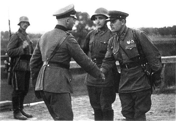 El 17 de septiembre de 1939, la Unión Soviética invade Polonia, colaborando con los nazis alemanes, tal y como se acordó en el Pacto Ribbentrop Molotov y en su protocolo secreto que dividió a Polonia. Museo Memorial Auschwitz-Birkenau