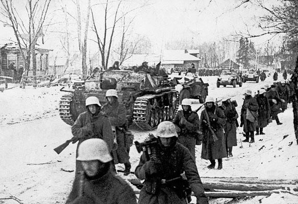 """El 30 de septiembre de 1941, el ejército nazi alemán comienza el avance hacia Moscú, """"Operación Taifun"""". Moscú nunca será alcanzado, el avance nazi alemán se detuvo a unos 30 km de la capital soviética. WWII Pictures"""