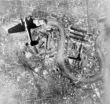 Un bombardero Heinkel 111 nazi alemán sobrevolando Wapping y la Isla de Perros en el extremo este de Londres, 7sep1940.