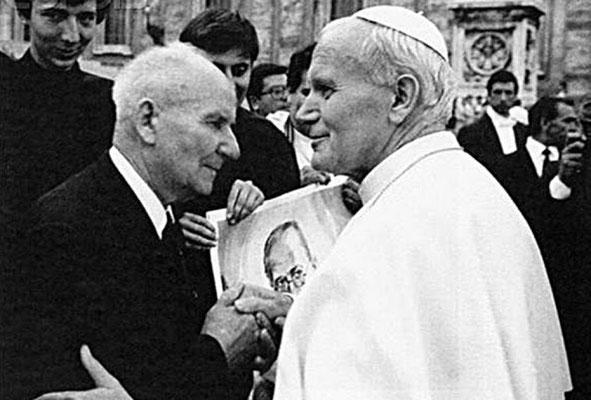 11 años después, el 10 de octubre de 1982, el papa Juan Pablo II canonizó al Beato Maximiliano María Kolbe y en la ceremonia nuevamente estuvo presente Franciszek Gajowniczek (con 81 años).